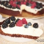 czekoladowa tarta z kremem z mascarpone i leśnymi owocami