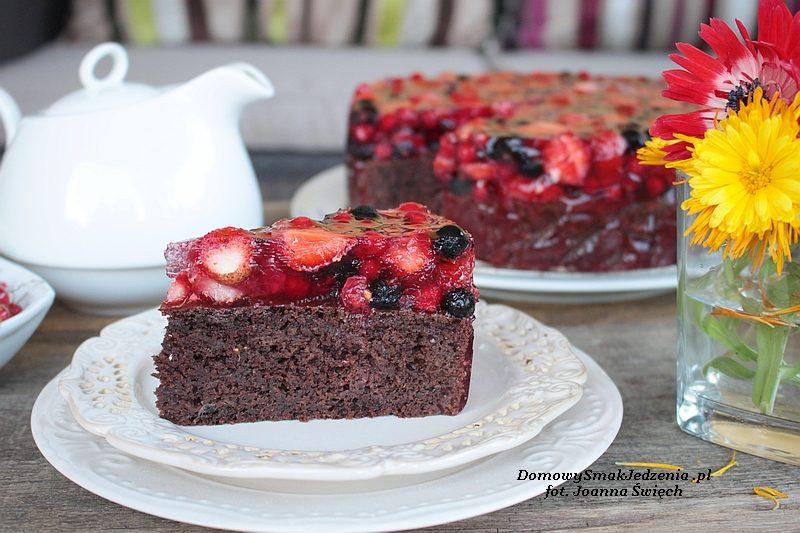 czekoladowe ciasto z owocami lata i galaretką