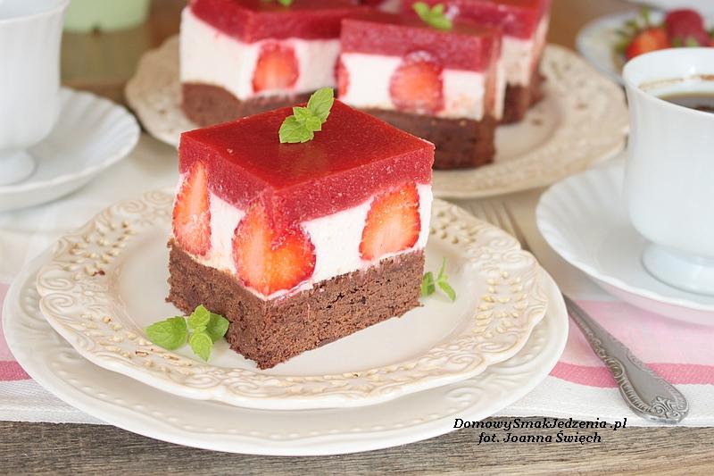 sernik na zimno z musem truskawkowo różanym na czekoladowym spodzie