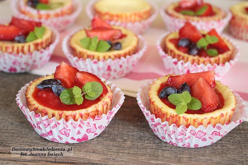 mini serniczki z frużeliną truskawkową i owocami