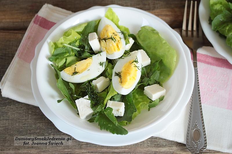 sałatka z serem feta i jajkiem