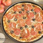 pizza ze świeżymi pomidorami