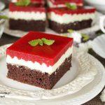 pyszne trio: czekoladowe ciasto z kremem i musem truskawkowym