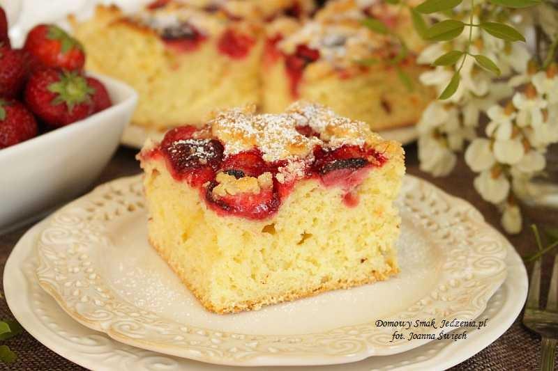 łatwe ciasto drożdżowe z truskawkami i kruszonką