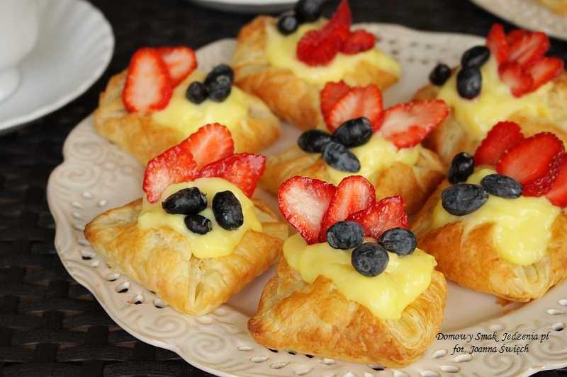 ekspresowe ciasteczka z ciasta francuskiego i świeżymi owocami
