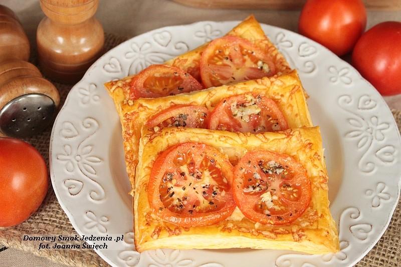 francuskie ciastka z pomidorami i serami