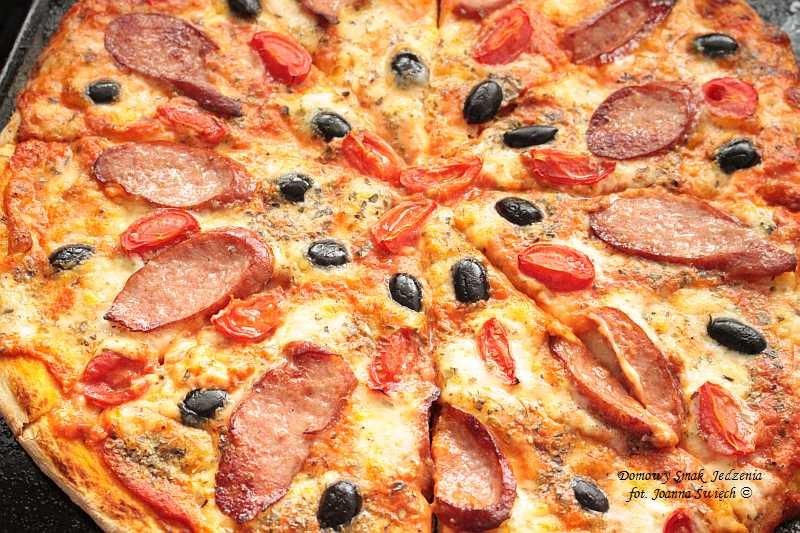 pizza z kiełbasą i czarnymi oliwkami