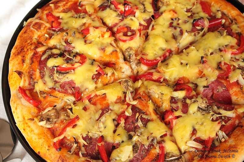 pizza z pieczarkami, papryką i salami