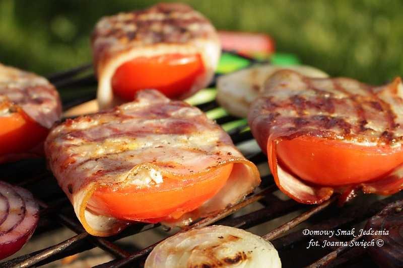 grillowane pomidory z serem feta i bekonem