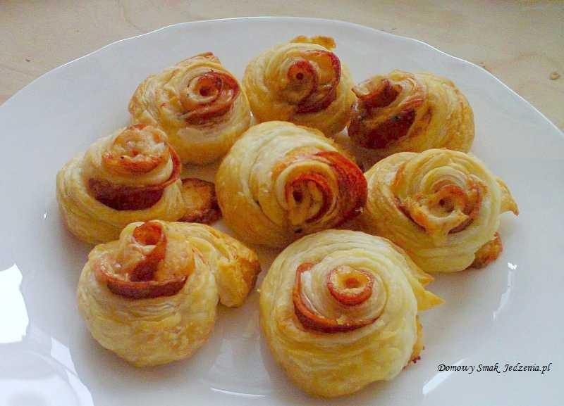 róże z ciasta francuskiego z szynką i serem