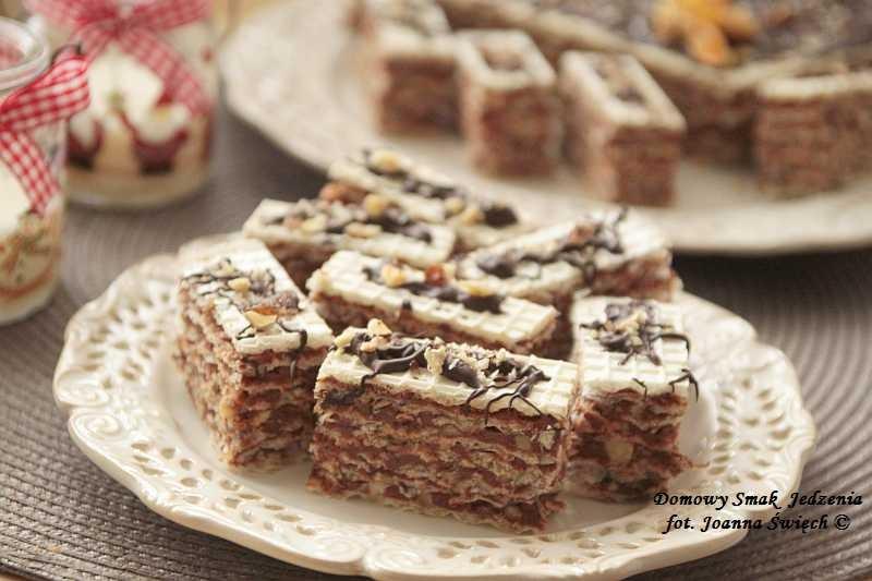 wafel z masą czekoladową i karmelizowanymi migdałami